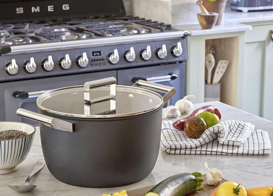 Cuisiner en couleurs avec les ustensiles de cuisson Smeg