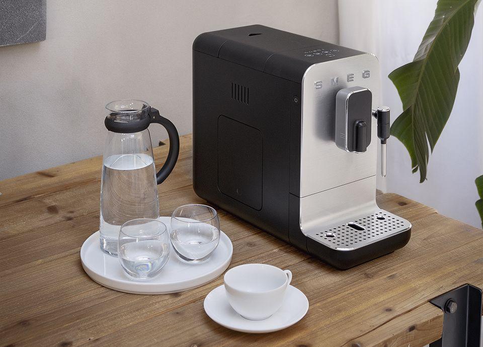 """Machine à café expresso avec broyeur intégré noire SMEG de la gamme """"années 50"""""""