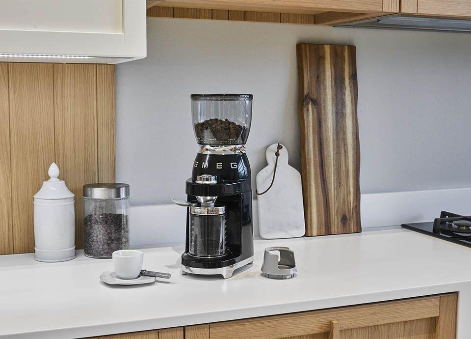 """Broyeur à café noir SMEG """"CFG01"""" de la gamme """"Années 50"""""""