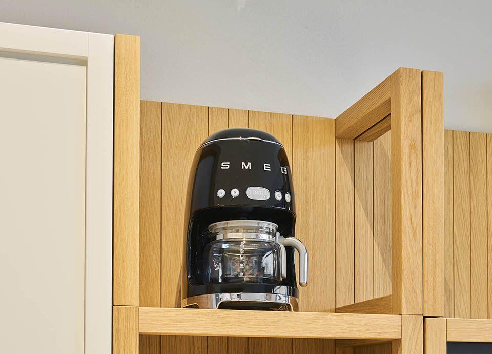 """Machine à café filtre noire SMEG """"DCF02"""" de la gamme """"Années 50"""""""