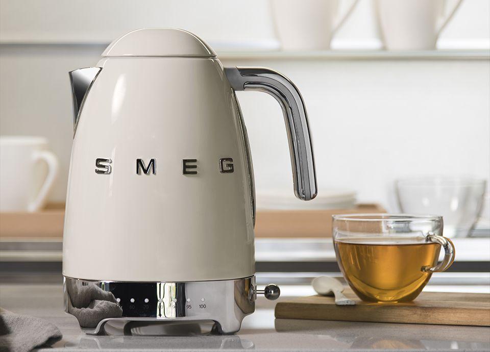 """Bouilloire à température réglable crème SMEG """"KLF04"""" de la gamme """"Années 50"""""""