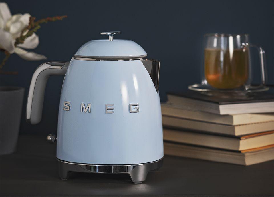 """Mini-bouilloire bleu pastel SMEG """"KLF05"""" de la gamme """"Années 50"""""""