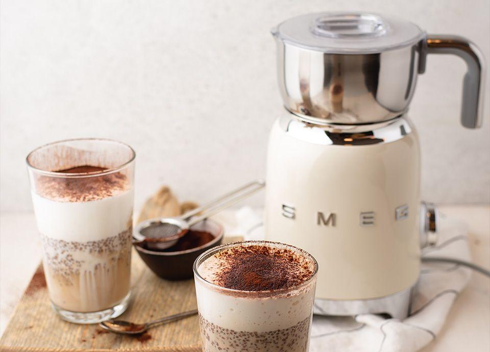 """Chocolatière/mousseur de lait crème SMEG de la gamme """"Années 50"""" pour des chocolats chauds"""