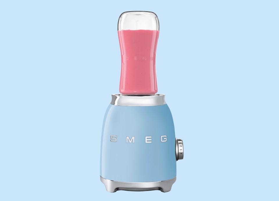 Une ergonomie parfaite avec le blender SMEG et sa bouteille à emporter