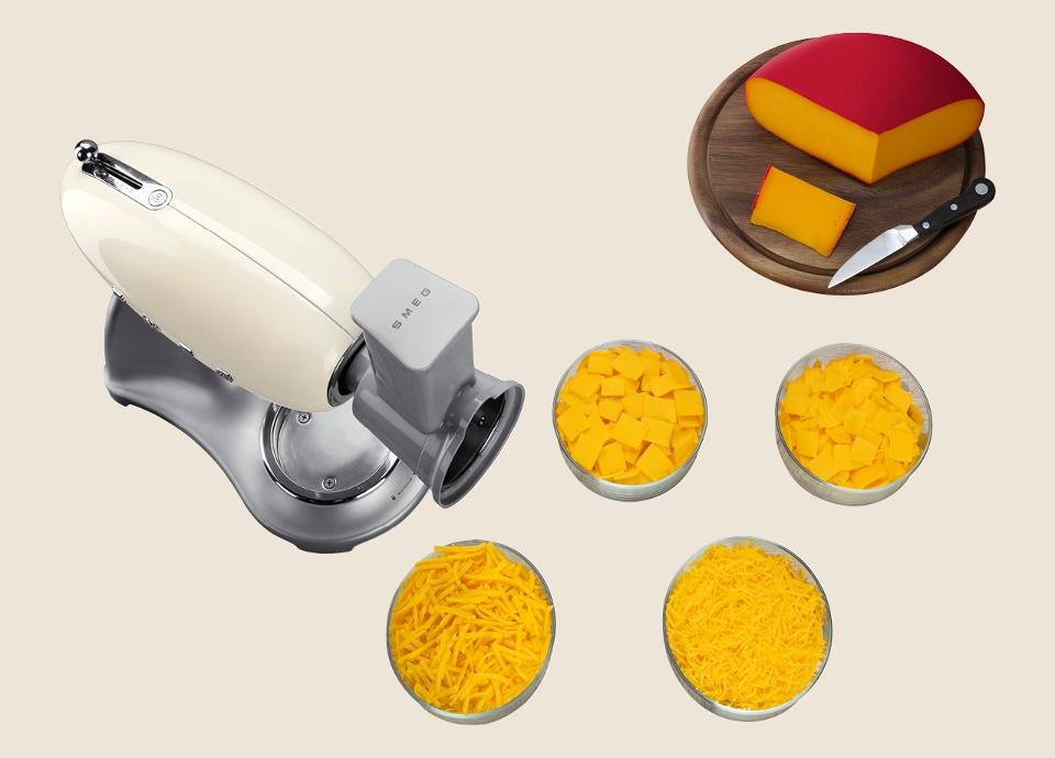 Le Tranchoir et Râpes du robot sur socle SMEG