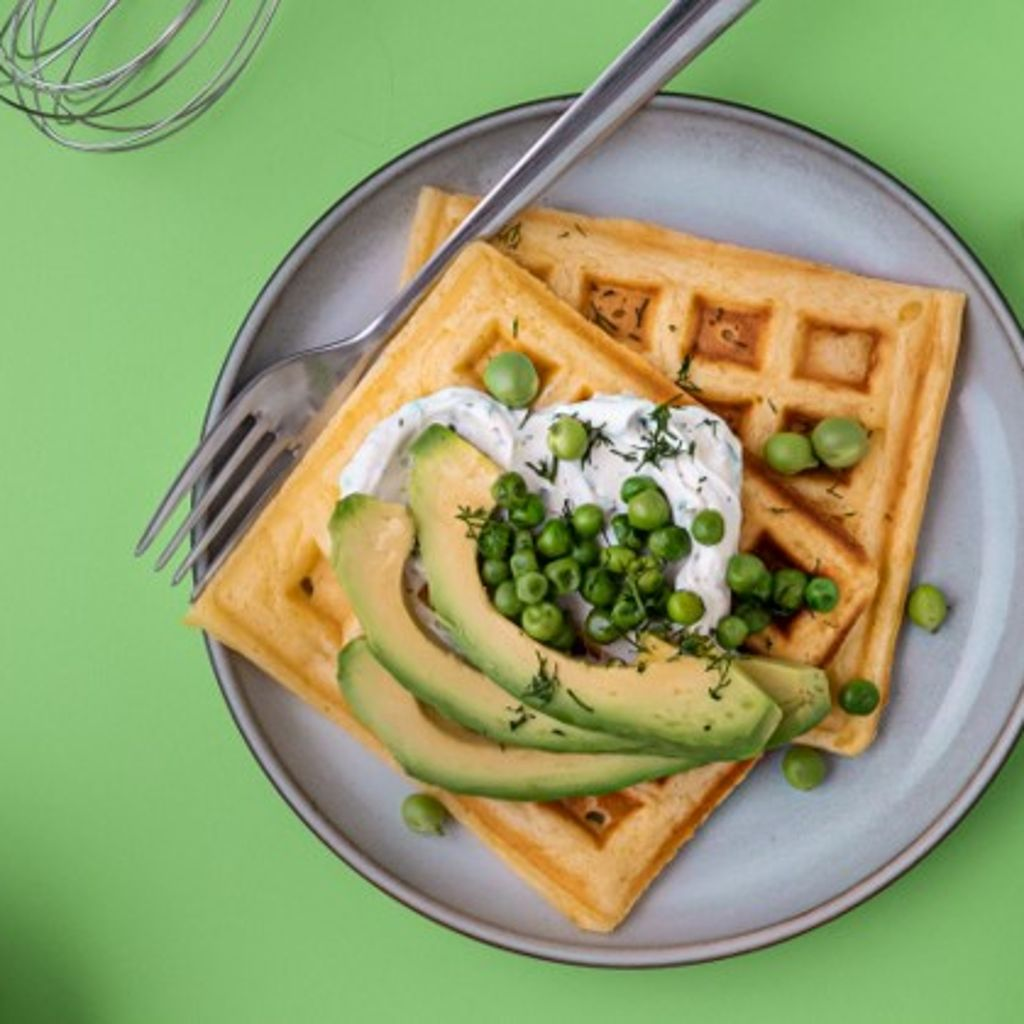 Waffles com queijo creme, ervilhas e abacate